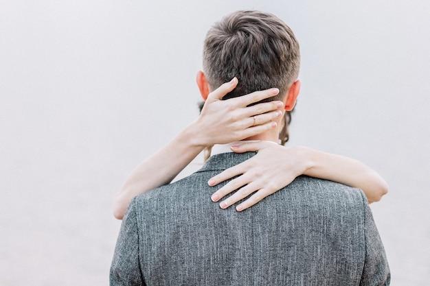 若いカップルを抱き締めます。最小限のコンセプトを採用します。