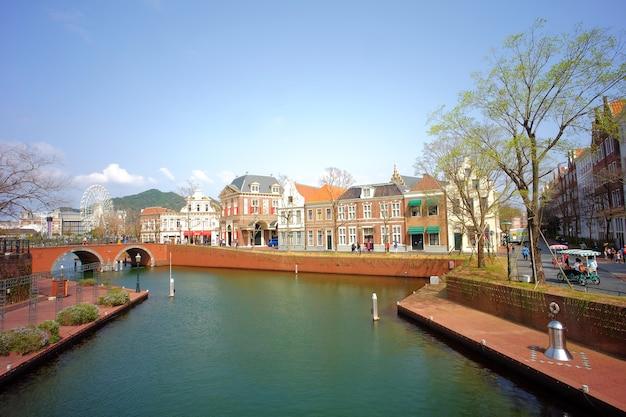 하우스 텐보스는 네덜란드의 마을을 재현 한 네덜란드 테마파크입니다.