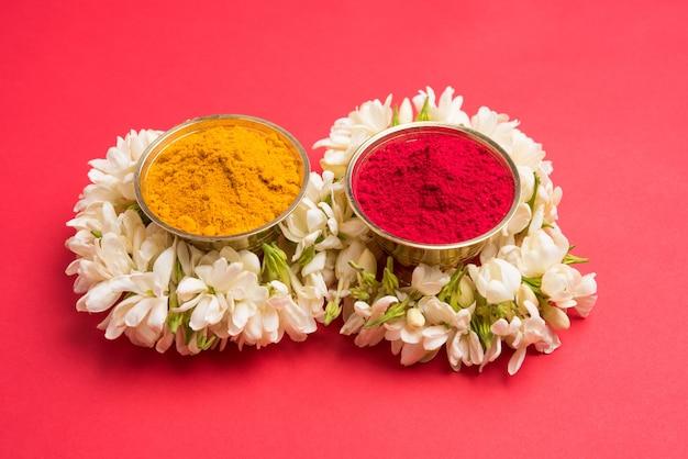 재스민 꽃 화환 또는 가즈라가 있는 huldi kumkum, 선택적 초점