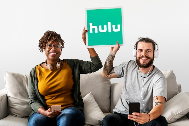 Huluのアイコンを示すカップル