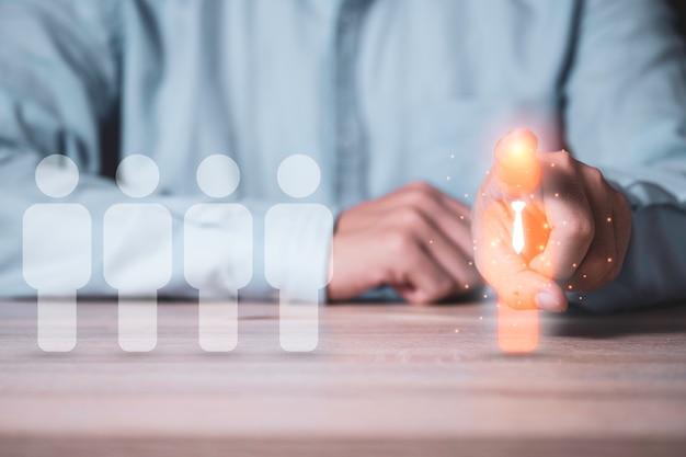 Человеческое развитие и концепция другого мышления, бизнесмен, указывая на значок менеджера виртуальной иллюстрации, который перемещается на противоположную сторону с белыми человеческими значками.