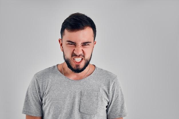 Человеческие эмоции. кричать, ненавидеть, сердиться. плачет эмоциональный сердитый человек кричит в студии. эмоциональное, злое лицо. человек, концепция выражения лица