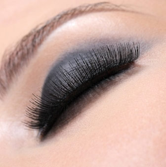 Человеческий глаз с объемными пышными ресницами - макросъемка