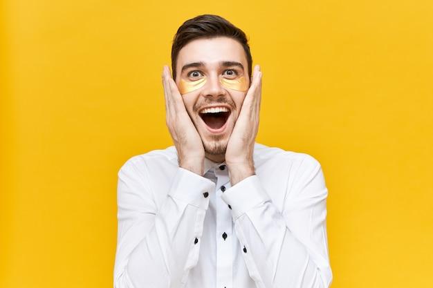 Espressioni facciali umane, emozioni, reazioni e sentimenti. attraente giovane emotivo con sguardo stupito