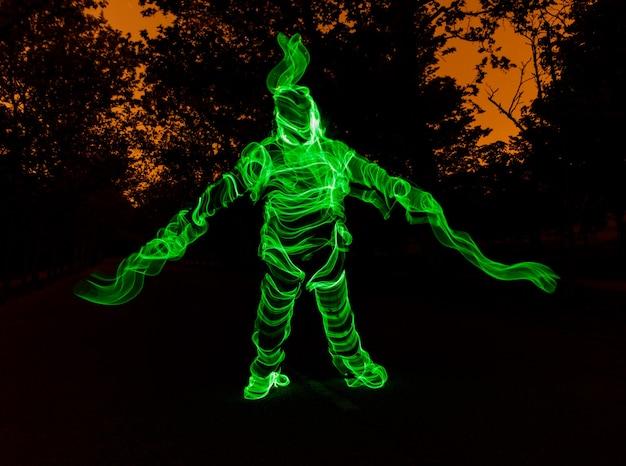 Человеческая фигура из кабелей зеленого света