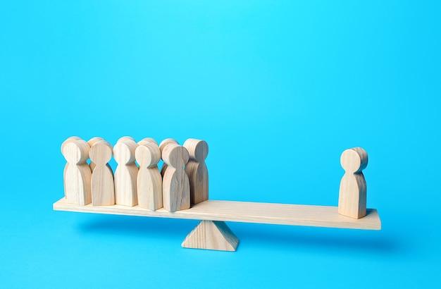 Фигурка человека имеет равный вес против группы людей авторитетных и важных