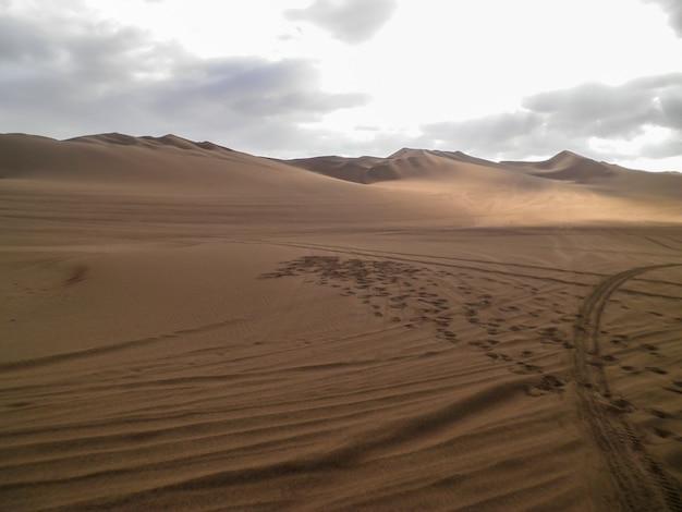 ペルーのイカ砂漠における人間の足跡