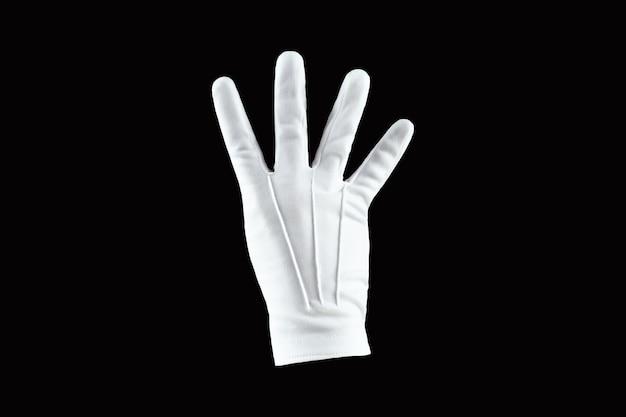 Человеческая рука, рука в белой перчатке, изолированной на черной стене, показывает жест четырьмя пальцами.