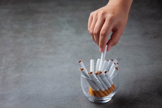 Mano umana che tiene sigaretta.world no tobacco day concept.