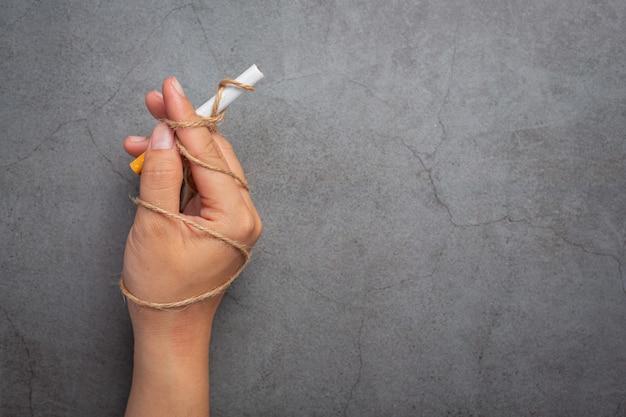 인간의 손에 담배를 들고. 세계 담배 하루 개념입니다.