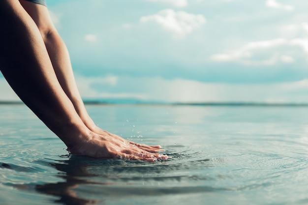 인간의 손은 강, 물 위기에 물을 만지고있다