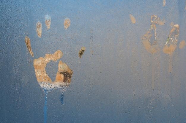 助けを求めて叫んでいる氷の上の人間の手