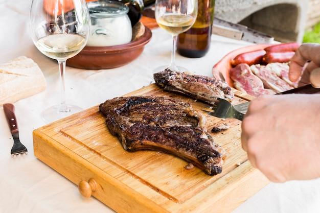 Ручная нарезка мяса на деревянной разделочной доске
