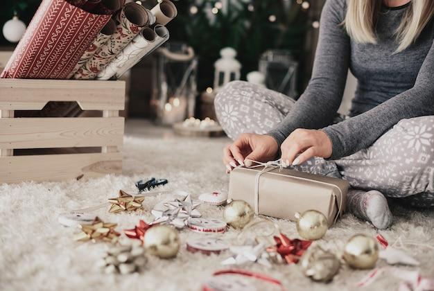 크리스마스 선물에 문자열을 묶는 인간의 손