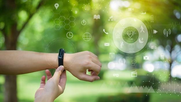 フィットネス仮想画面、ヘルスケア技術コンセプトを持つ人間の手