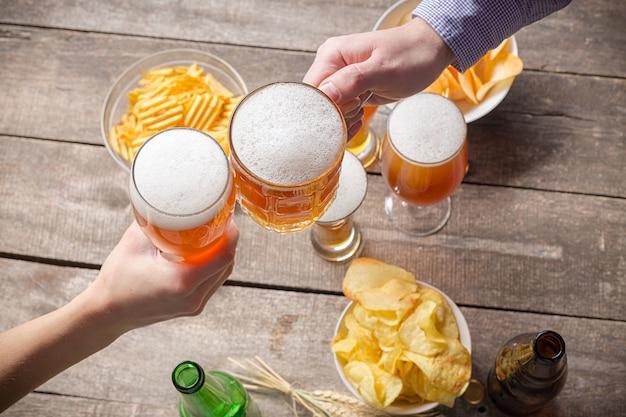 인간의 손과 맥주 잔