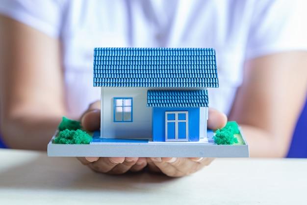 인간의 손을 잡고 꿈의 집의 모델