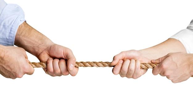 Человеческие руки держат веревку с обеих сторон, изолированные на белом