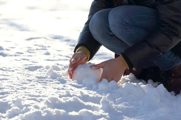 人間の手が冬に雪を形作った