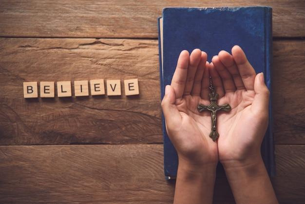 인간의 손은 축복과 희망을 위해 기독교인의 손바닥을 엽니 다.