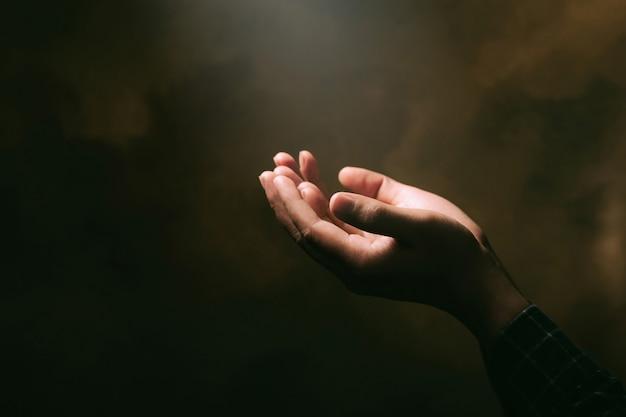 인간의 손에 종교에 대한 믿음과 축복 배경에 하나님에 대한 믿음으로 예배를 엽니 다. 기독교 종교 개념 배경입니다.