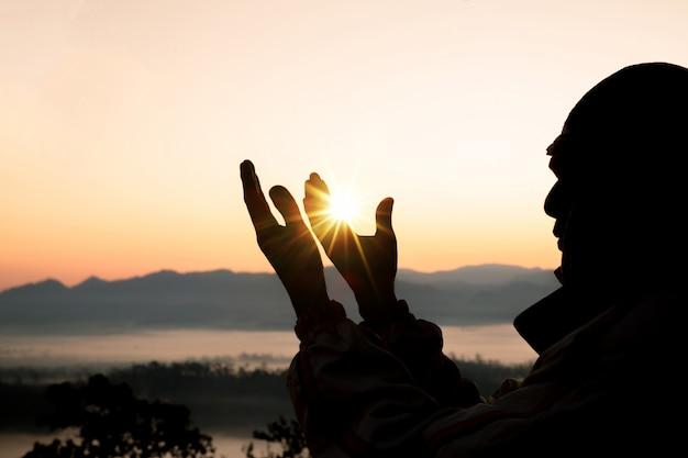 인간의 손에 손바닥 위로 예배를 엽니 다. 무료 사진