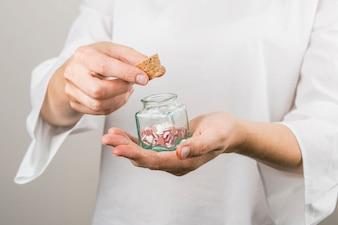 人間の保持コルクと小さな瓶の装飾的な心