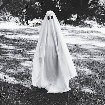 숲에서 유령 의상 인간
