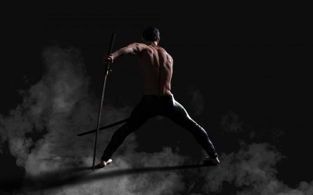 클리핑 패스와 함께 칼을 가진 잘 생긴 근육 고대 전사의 인간의 초상화