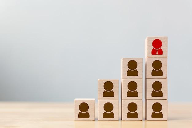 Бизнес-концепция управления персоналом и талантами и набор персонала, деревянный кубический блок на верхней лестнице