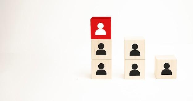 인적 자원 및 인재 관리 및 채용 비즈니스 개념, 꼭대기 계단의 나무 큐브 블록