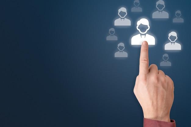 인적 자원 및 관리 개념입니다. 손 선택 사람 아이콘입니다. 인적 자원 모집. 인적 자원 hr 관리 모집 고용 헤드헌팅 개념입니다. 마케팅 세분화
