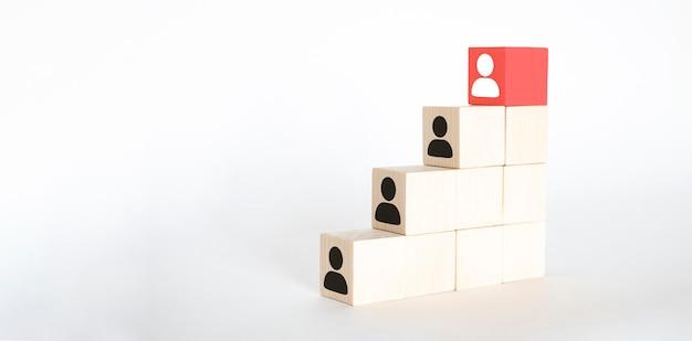 人事とタレントマネジメントおよび採用ビジネスコンセプト、最上階の階段に木製の立方体ブロックを置く手、コピースペース