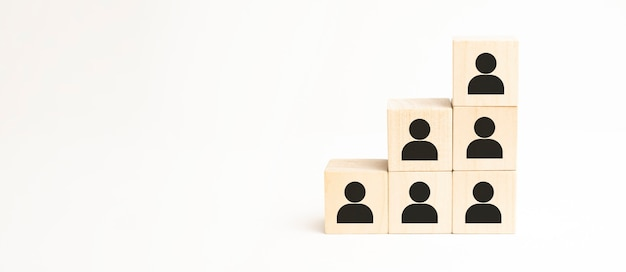 Управление человеческими ресурсами и набор бизнес-концепции построения команды. деревянный кубик сверху со значком