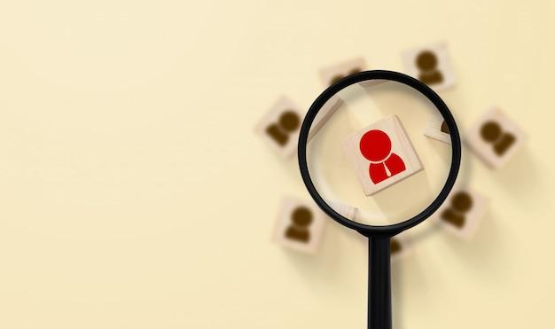인적 자원 관리 및 모집 개념. 돋보기가 맨 위에있는 사람 아이콘을 검색 중입니다.