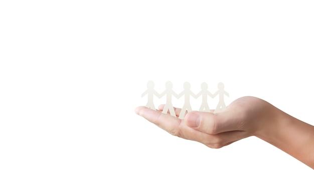 手でカットした紙の人間の形や手をつないで振る