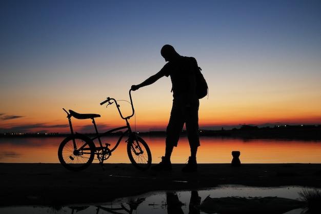 Sagoma umana nel cielo al tramonto
