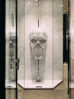 衣服の装飾の結晶要素で作られた人間の頭蓋骨