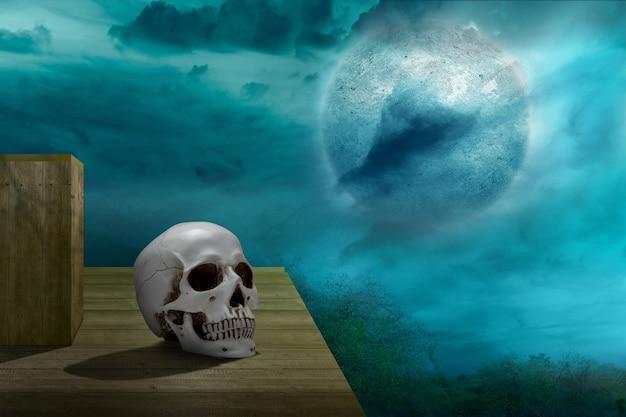 Человеческий череп на деревянном столе с фоном ночной сцены
