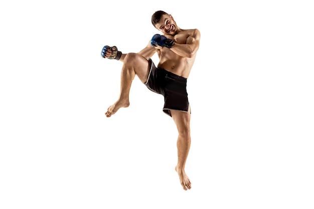 人間の弱さと罪の戦闘機。白いスタジオの背景に分離された単一のプロの戦士。筋肉質の白人アスリートやボクサーの戦いに合います。スポーツ、競争、人間の感情の概念。