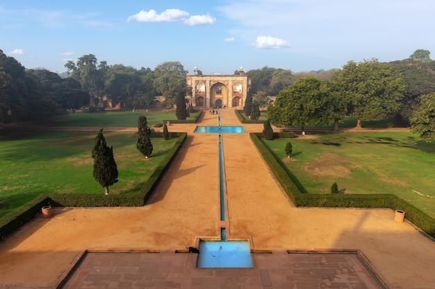 Вид на главные ворота гробницы хумаюна, нью-дели, индия.