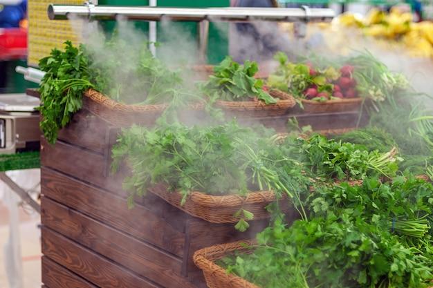 Увлажнение зелени и овощей в продуктовом магазине