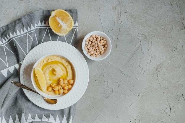 Хумус из нута с оливковым маслом и лимоном