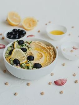 ひよこ豆のフムス、オリーブオイル、オリーブ、レモン、ニンニク