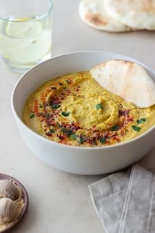 Хумус с приправами и лавашем. здоровое питание. вегетарианская пища. рацион питания.
