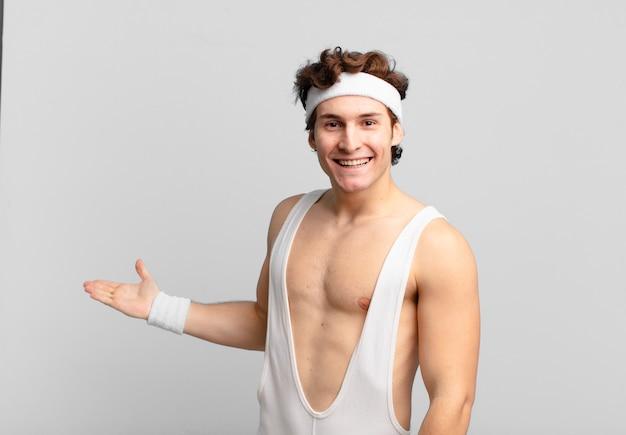 유머러스한 스포츠맨은 행복하고 명랑하고 웃고 환영하며 친근한 몸짓으로 당신을 초대합니다