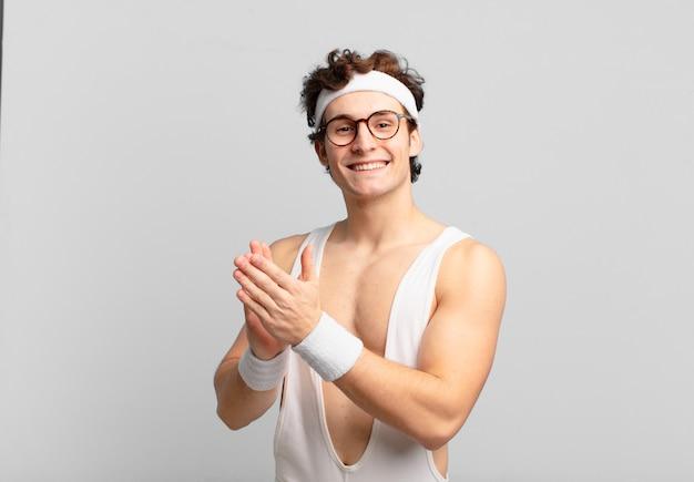 행복하고 성공적인 느낌을 주는 유머러스한 스포츠 남자, 웃고 박수를 치며 박수로 축하합니다