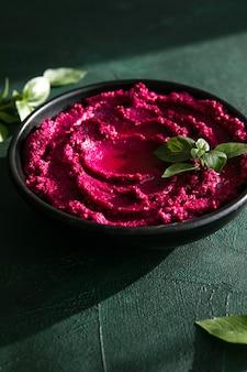 부식질 보울. 신선한 야채와 함께 붉은 비트 뿌리 후 머스, 테이블에 올리브 오일