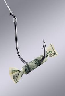 Конфета за сто долларов на крючке. творческая идея