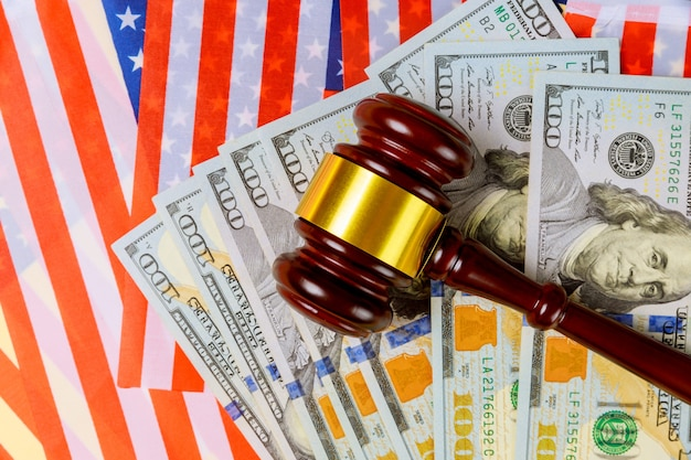 裁判官のガベルの腐敗の概念を持つアメリカの国旗の百ドル